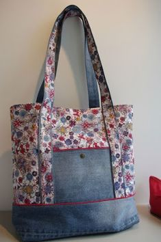 Denim Handbag Tote bag with rBolsas Jeans y floralCoisas de Casa e Tal.inspiration for all that denim fabric I have Patchwork Bags, Quilted Bag, Patchwork Fabric, Denim Fabric, Denim Handbags, Tote Handbags, Bag Quilt, Sacs Tote Bags, Diy Sac