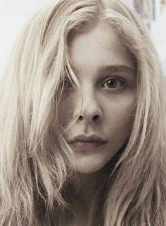 """la protagoniste // Nous trouvons que l'actrice, Chloë Grace Moretz, est parfait pour visualiser la protagoniste de """"La Maison"""". Elle est jeune et a des cheveux blondes."""
