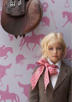 que bonita, tiene algo esta foto y esta niña y el lazo y el papel de la pared....