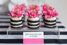 Flower cookie stacks - Kate Spade inspired black, white, with a pop of hot pink party Bolo Chanel, Bolo Paris, Cookie Sandwich, Kate Spade Party, Decoration Patisserie, Flower Cookies, Pink Parties, Mini Desserts, Mini Cakes