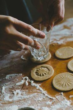 Monissa juomalaseissa on kaunis pohjakuvio, jota voi hyödyntää koristekeksien leipomisessa.