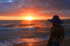 viaggiatrice solitaria guarda il tramonto sul mare