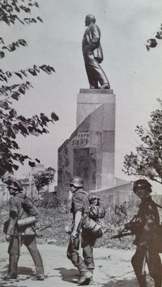 """miguiza: """"German soldiers pass in front Lenin monument in Novgorod, August """" German Soldiers Ww2, German Army, Ww2 History, Military History, Luftwaffe, Operation Barbarossa, Imperial Japanese Navy, Germany Ww2, Story Of The World"""