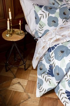 Anni-pussilakanasetti on valmistettu luomupuuvillasta. // Anni duvet cover set is made from organic cotton. Beautiful blue color and golden details remind of Christmas. Beautiful Bedrooms, Beautiful Homes, House Rooms, Cozy House, Duvet Cover Sets, My Dream Home, Organic Cotton, Room Decor, Interior Design