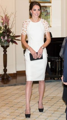 Kate Middleton's Most Memorable Outfits Ever! - April 2014 The Duchess of Cambridge marked her final night in Australia in a white dress by American designer Lela Rose. The cocktail frock featured delicate lattice work on the sleeves and around the wa Moda Kate Middleton, Looks Kate Middleton, Estilo Kate Middleton, Duchess Kate, Duchess Of Cambridge, Lace Dresses, Short Dresses, Pantyhosed Legs, Lela Rose