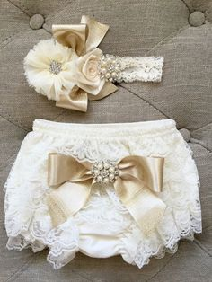 Ivory and gold Lace Ruffled Baby Bloomers and headband set,Headband and Bloomers… Elfenbein und Gold Lace Rüschen Baby Bloomers und Stirnband Set, Stirnband und Bloomers-Newborn Outfit Baby Girl Fashion, Kids Fashion, Newborn Fashion, Foto Baby, Baby Bloomers, Everything Baby, Baby Time, Cute Baby Clothes, Future Baby