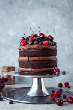 30 Delicious Vegan Desserts For Any Occasion Vegan chocolate fudge cake – an easy to make, moist, fudgy vegan chocolate cake topped with coconut milk ganache. No one will be able to guess that it's vegan! Chocolate Fudge Cake, Vegan Chocolate, Chocolate Recipes, Chocolate Ganache, Chocolate Pastry, Chocolate Cream, Easy Cake Recipes, Dessert Recipes, Delicious Desserts