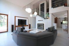 Salon z wysokim sufitem, otwarty salon, duży wypoczynke w salonie, biały salon. antresola. Zobacz więcej na: https://www.homify.pl/katalogi-inspiracji/32128/wysoki-sufit-6-przykladow-z-efektem-wow