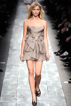 Valentino Spring 2010 Ready-to-Wear Collection Slideshow on Style.com