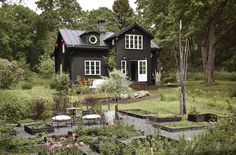 Summer house concepts to influence you to create the landscape of your aspirations Nordic Home, Scandinavian Home, Black House Exterior, Cottage Exterior, Sweden House, Yellow Houses, Summer Landscape, Landscape Design, Glass House
