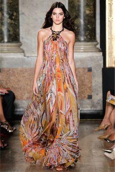 大胆なプリントドレスは躍動感あふれる情熱的な雰囲気。 EMILIO PUCCI