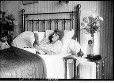 Geneviève Félix [allongée dans un lit, lisant un livre] : [photographie de presse] / [Agence Rol]