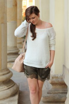 Pre-fall outfit | pre-fall look | shorts with lace | khaki | spitze | sweater | white | fall look | fall outfit | autumn | fashion | fashionblogger | Justmyself | girl | brown hair | brunette | face | smile | beauty