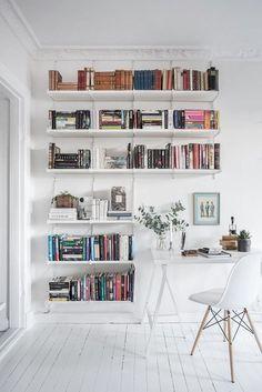 Tout en blanc, étagères table, mur...