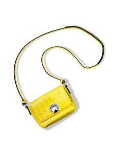 Still de mini bolsa crossbody amarela estampa perfil  karl em alto relevo