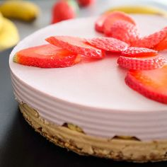 výborný jahodovo-banánový raw dort :-) (skvělé s malinami místo jahod)