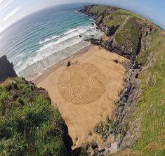 El artista Tony Plant transforma las playas de Inglaterra con lienzos arremolinados. Se tratan de obras efímeras que desaparecen por la subida de la marea, una tormenta...etc. Subido por Virginia Cruz Gracia.