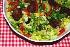 Salata cu mini-chiftelute #reteta #salata Salad Recipes, Salads, Chicken, Meat, Food, Beef, Recipes For Salads, Meals, Salad