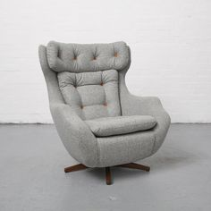 Parker Knoll 1028 Statesman: Bespoke upholstery Newly upholstered Parker Knoll 1028 Statesman chair created bespoke for you. Contact us to find out about upholstery for vintage chairs, based in Manchester Living Room Upholstery, Chair Upholstery, Upholstered Chairs, Swivel Armchair, Sofa Chair, Pink Desk Chair, Big Chair, Desk Chairs, Office Chairs