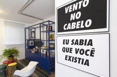 Decora Rosenbaum Temporada 1 - Sala Daltônico. Estante azul, pôsters Felipe Morozini. Foto: Felipe Felco Valle