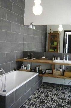 kleine vierkante badkamer met bad - wastafel in planken over bad