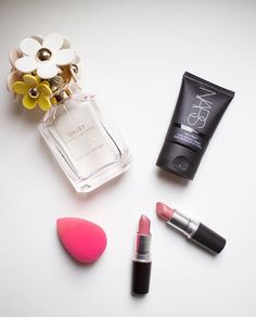 My February favourites include a fresh scent, an oil-free primer, one tiny makeup sponge and two  lipsticks. Details upon blog now  creamfields.net {link in bio}  #favourite #makeup #beauty #cosmetics #lipstick #beautyblender #scent #perfume #fresh #pink #oilfree #primer #maccosmetics #nars #marcjacobs #instabeauty #february #photooftheday #flatlay