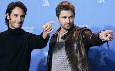 """Acompanhado por Rodrigo Santoro, Gerard Butler acena durante a apresentação do filme """"300"""", dirigido por Zack Snyder, no Festival de Berlim, na Alemanha"""