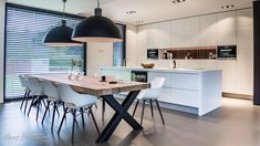 lange raam in keuken met lamellen