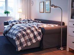 Vardagsrum med 3-sits bäddsoffa med schäslong och grå klädsel