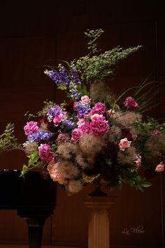 声楽コンサートの舞台装花を作りました。 ご依頼は 知り合いの門下生の方からでしたが、 当日 コンサート会場への生け込みに行き オ...