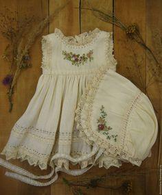 Купить или заказать Одежда для кукол в бохо стиле в интернет-магазине на Ярмарке Мастеров. Одежда для кукол 45-50 см в бохо стиле. Панталоны, нижняя рубашка, сорочка, платье, чепчик - все как и полагается приличной барыше))) Лен, хлопок, кружева, ленты - все материалы полностью натуральные и немного состаренные. Ручная вышивка.