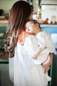 Foto bebé dormido  en brazos de mamá.