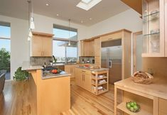 Maple cabinets – a good choice for elegant and modern kitchen cabinets Kitchen Cabinets And Granite, Honey Oak Cabinets, Kitchen Cabinet Doors, Kitchen Counters, Light Wood Kitchens, Contemporary Kitchen Design, Cuisines Design, Cabinet Design, Beautiful Kitchens