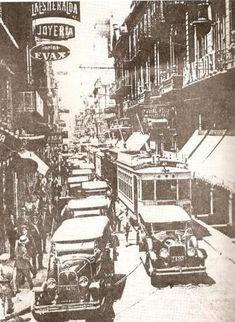 Foto de 1929. La calle Corrientes aun angosta. En este año los automóviles particulares eran 24.000, los taxis 9.000 y los ómnibus 1.600-