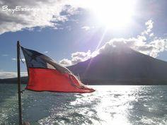Región de los Lagos, Chile - Volcán Osorno desde el Lago Todos los Santos decorada con una maltrecha bandera Chilena | BayEssence.com Andar en Bote / Parte 1