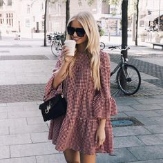 Street style fashion / fashion week Source by andiidieguez fashion dresses Little Dresses, Cute Dresses, Casual Dresses, Casual Outfits, Fashion Dresses, Wrap Dresses, Midi Dresses, Grunge Outfits, Elegant Dresses