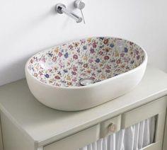 El baño es una de las estancias más importantes del hogar, por ello, tener un cuarto de baño bonito y funcional es imprescindible. Si estás pensando en remodelar el cuarto de baño y estás buscando ideas que te ayuden a inspirar un nuevo diseño, no te pierdas estas 10 fotos de lavabos sobre encimera...
