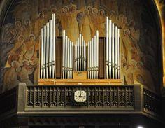 L'orgue de tribune est un Schwenkedel de 1972.Église Saint-Christophe-de-Javel. Paris XV