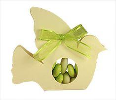 Succombez à la délicatesse de cette colombe pour en faire une parfaite boîte pour vos dragées colorées !  http://www.mariage.fr/colombes-boite-dragees-transparente-mariage.html