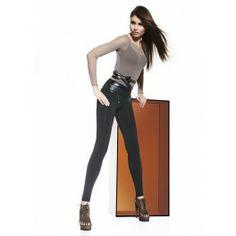 Un modèle de legging fabuleux avec large ceinture incorporée effet cuir à coûtures croisées. Ce legging d'une qualité est avec deux zips sous la ceinture et deux petites poches arrières.85% polyester 15% elasthane