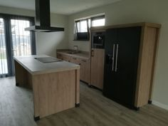 Landelijke keuken; amerikaanse koelkast; stenen voetjes; zwarte apparatuur; houten keuken. Corner Desk, Kitchen, Gamma, Furniture, Delft, Design, Image Search, Home Decor, Corner Table