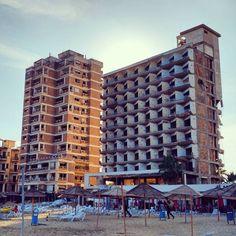 Surreal: Strandurlaub in Bürgerkriegs-Szenerie. #zypern