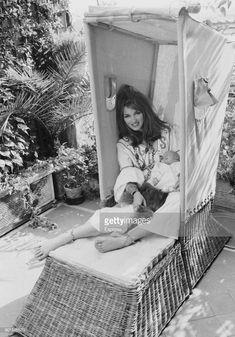 News Photo : Dutch-born actress and model Talitha Getty ,... Palestinian Wedding, Talitha Getty, Bohemian Chic Fashion, Vintage Fashion, Second Wife, Photo Journal, John Paul, Nature Decor, The Magicians