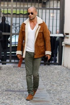milan vukmirovic i like the jacket and how simple the outfit is Fashion Moda, Mens Fashion, Guy Fashion, Fashion Ideas, Sherling Coat, Blue Linen Suit, Milan Vukmirovic, Bald Men Style, Sheepskin Coat