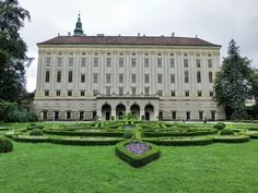 Kromeriz Chateau, Châteaux and Castles in the Czech Republic Germany Castles, Luxury Estate, Beautiful Buildings, Great Pictures, Czech Republic, Prague, Europe, Chateaus, Medieval