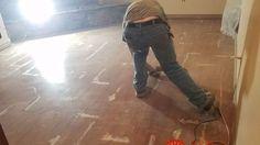 """Manžel sa nemal do rekonštrukcie starých parkiet: Žena si povedala """"dosť"""" a takto podlahu sama prerobila takmer zadarmo!"""