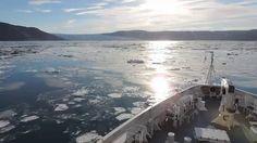 Exploration des territoires de l'Arctique. Cap sur le glacier Eqi, soleil arctique et reflets bleutés. Le ballet des zodiac commence, débarquement des explorateurs.