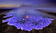 Lava Azul: Estos gases sulfúricos se combustionan a temperaturas tan altas que este volcán en Indonesia tiene lava azul. Lea más en http://www.lindito.com/l-planeta-extrano-viaje/#webmr0kJJFx6D5gy.99