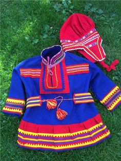 Here is a Sami costume for children. Frock with belt and hat. Red cap. Finnish design by Noitarumpu Rovaniemi, Finland. The suit is in very condition. However, the spots on the front koltens see in the picture. Chest width 96 cm. Length back collar 53 cm apart. Sleeve length 31 cm. 1/5 Folk Costume, Costumes, Arctic Circle, Color Shapes, Reno, Scandinavian Style, Handicraft, Frocks, Finland