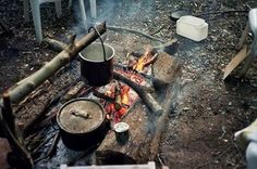 industrious dutch oven set up Fire Cooking, Cast Iron Cooking, Outdoor Cooking, Oven Cooking, Go Camping, Camping Hacks, Camping Kitchen, Dutch Oven Set, Outdoor Life